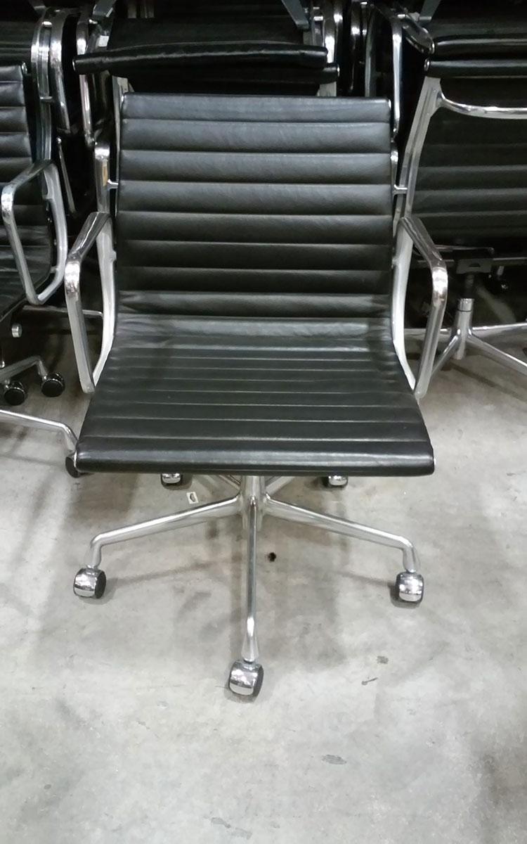 Attirant Herman Miller Eames Aluminum Group Management Chair